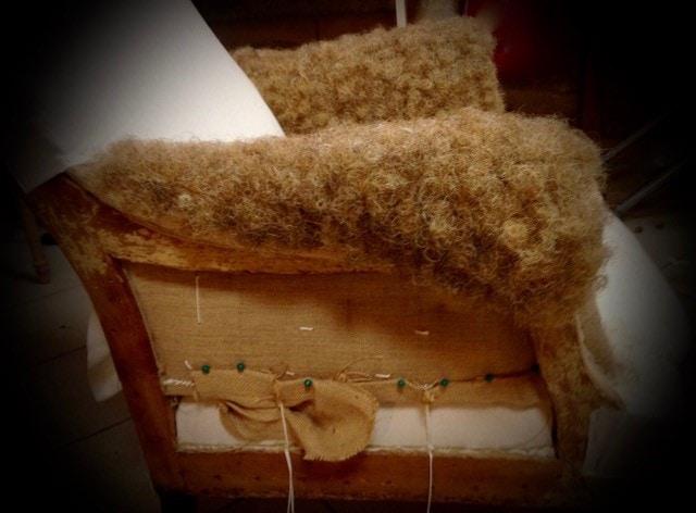 Réfection de fauteuil, garniture traditionnelle avec du crin animal