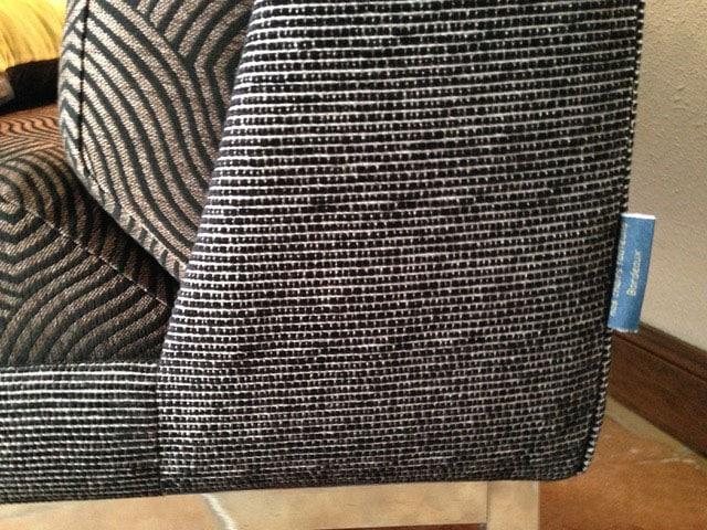 Détail d'une chauffeuse des années 70 en tissu Casal aux motifs géométriques