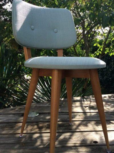 Chaise vintage, classique des années 50, pieds compas en bois clair